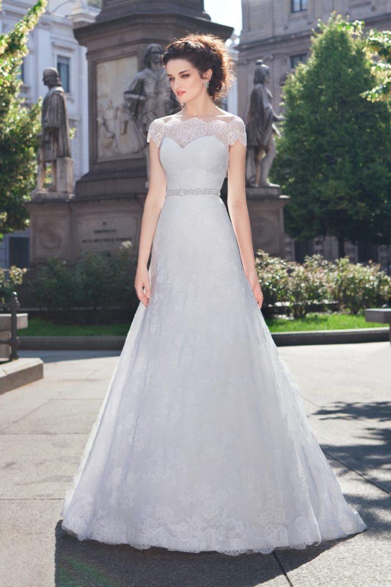 Чувственное свадебное платье с фигурным портретным декольте и узким поясом с бисером.