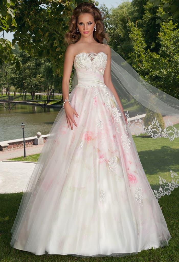 Потрясающее свадебное платье с открытым фигурным вырезом и пышной юбкой.