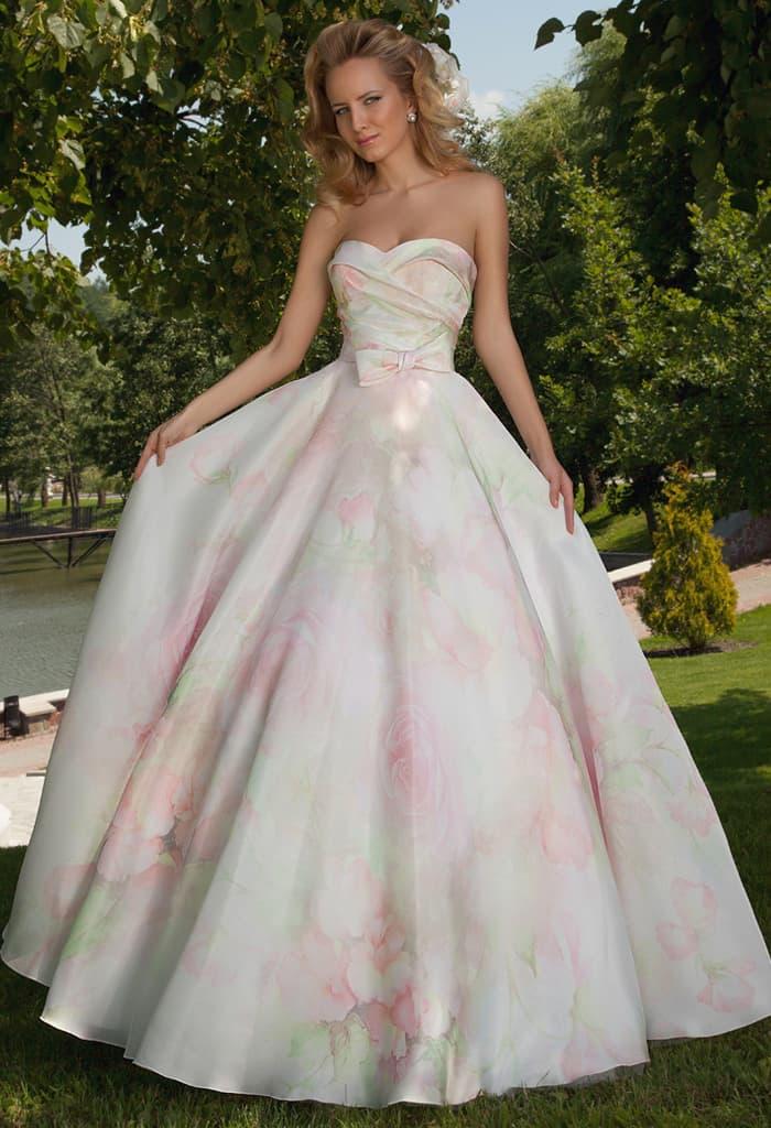 Стильное свадебное платье пышного кроя из атласной ткани с пастельным цветочным рисунком.