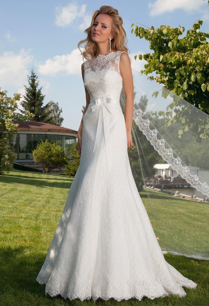 Облегающее свадебное платье с отделкой плотным кружевом и поясом на талии.