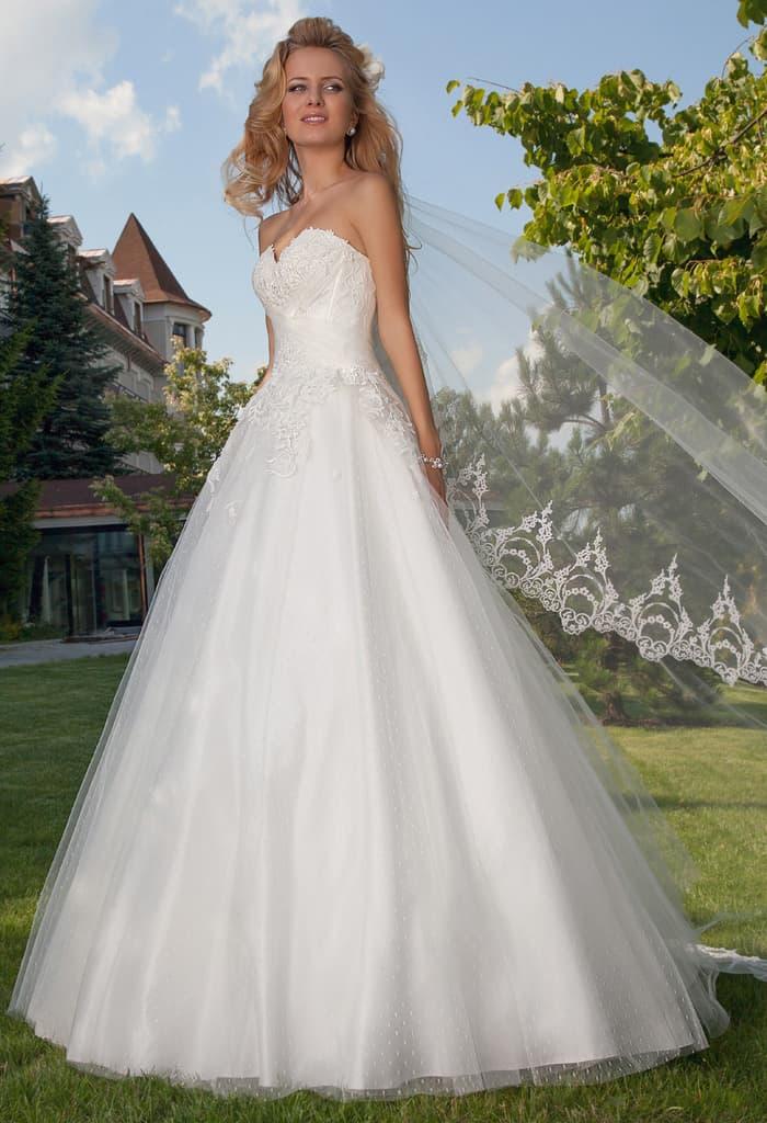 Кружевное свадебное платье пышного кроя с открытым лифом.
