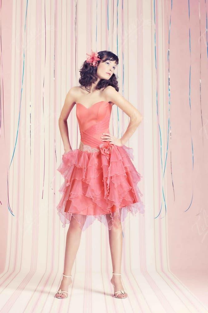 Розовое вечернее платье с открытым декольте и пышным подолом.