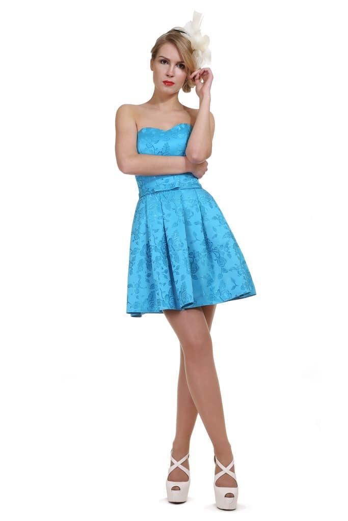 Голубое вечернее платье с лифом в форме сердца и пышной короткой юбкой.