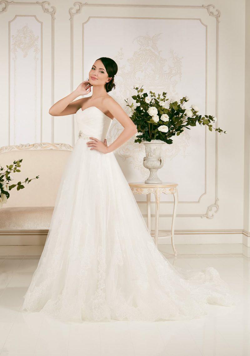 Элегантное свадебное платье «трапеция» с лифом в форме сердца, дополненным болеро.