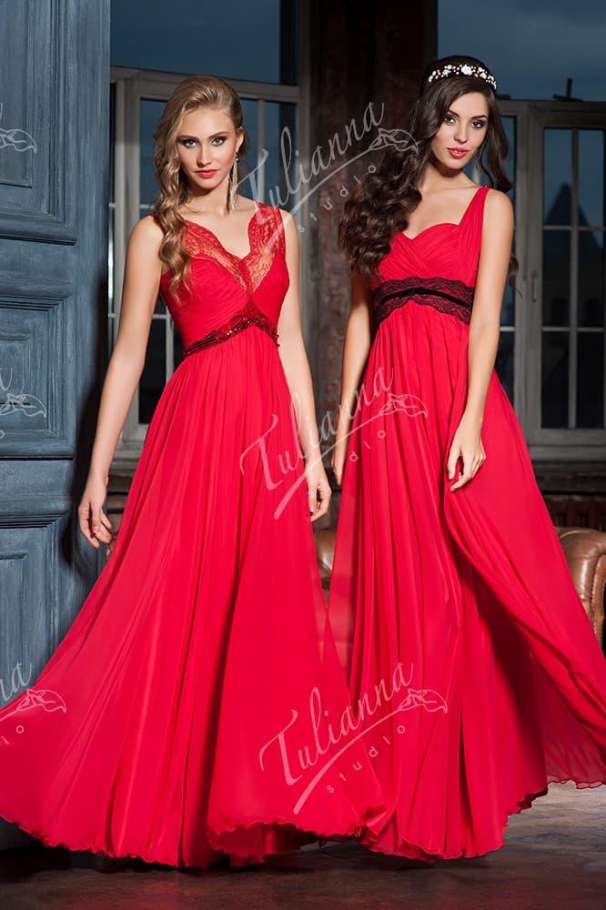 Алое вечернее платье с кружевной отделкой и завышенной талией.