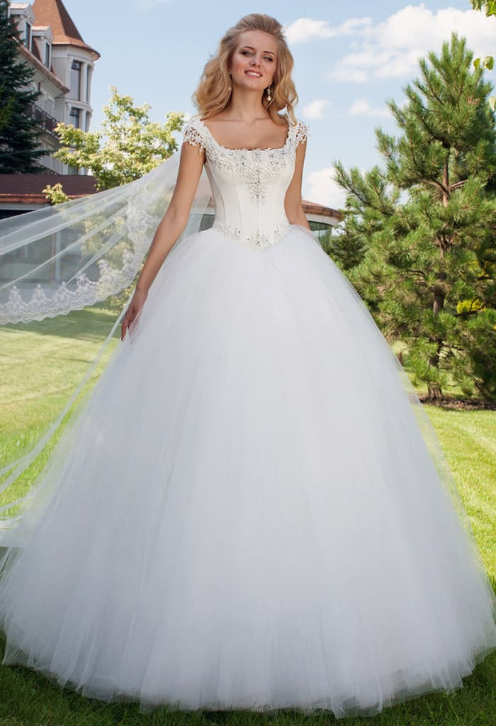 Свадебное платье с роскошной пышной юбкой и изящным корсетом с узкими бретелями.