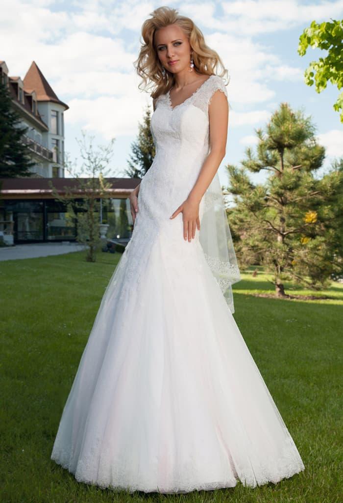 Изящное свадебное платье «русалка» с небольшим V-образным вырезом.