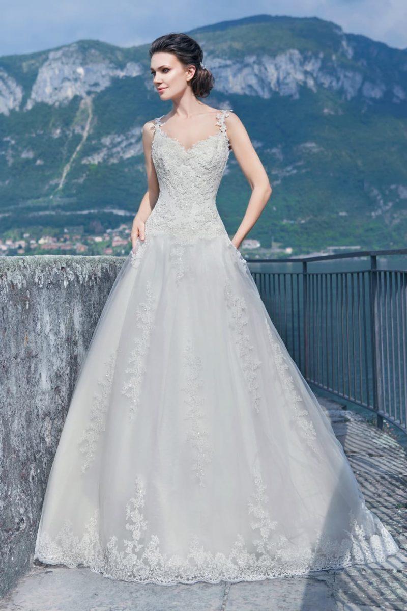 Свадебное платье «принцесса» с фигурными кружевными бретелями и многослойной юбкой.