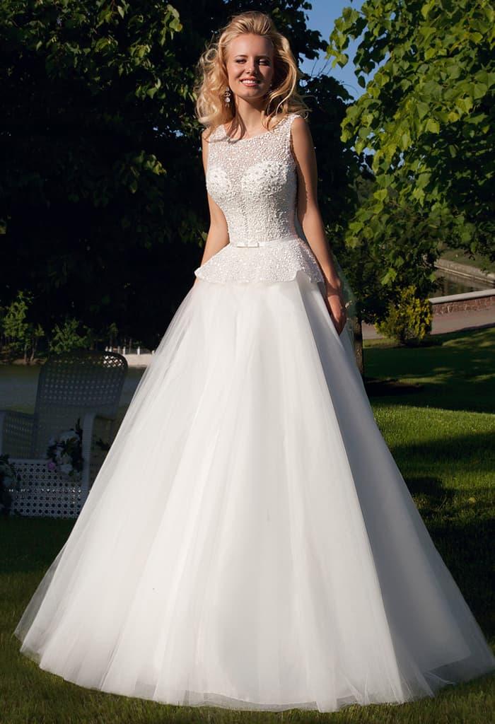 Кокетливое свадебное платье пышного кроя с вырезом на спинке и соблазнительной баской.