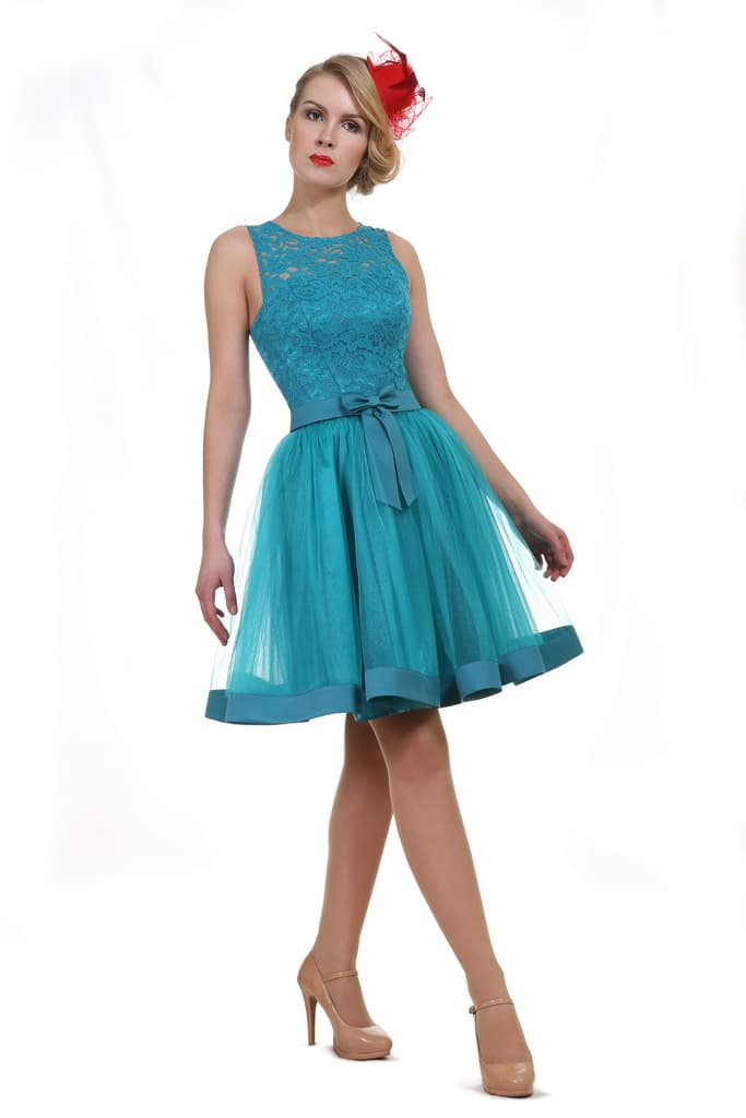 Романтичное вечернее платье голубого цвета с кружевным верхом.