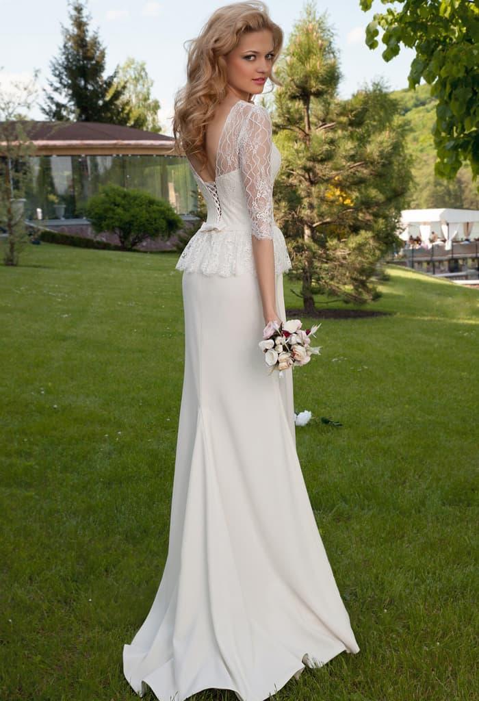 Романтичное свадебное платье с короткой баской и декольте на спинке.