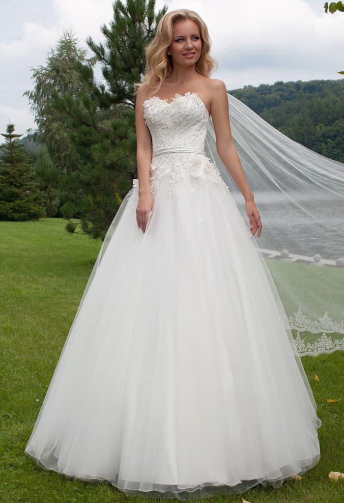 Пышное свадебное платье с эффектным фигурным декольте в форме сердца.