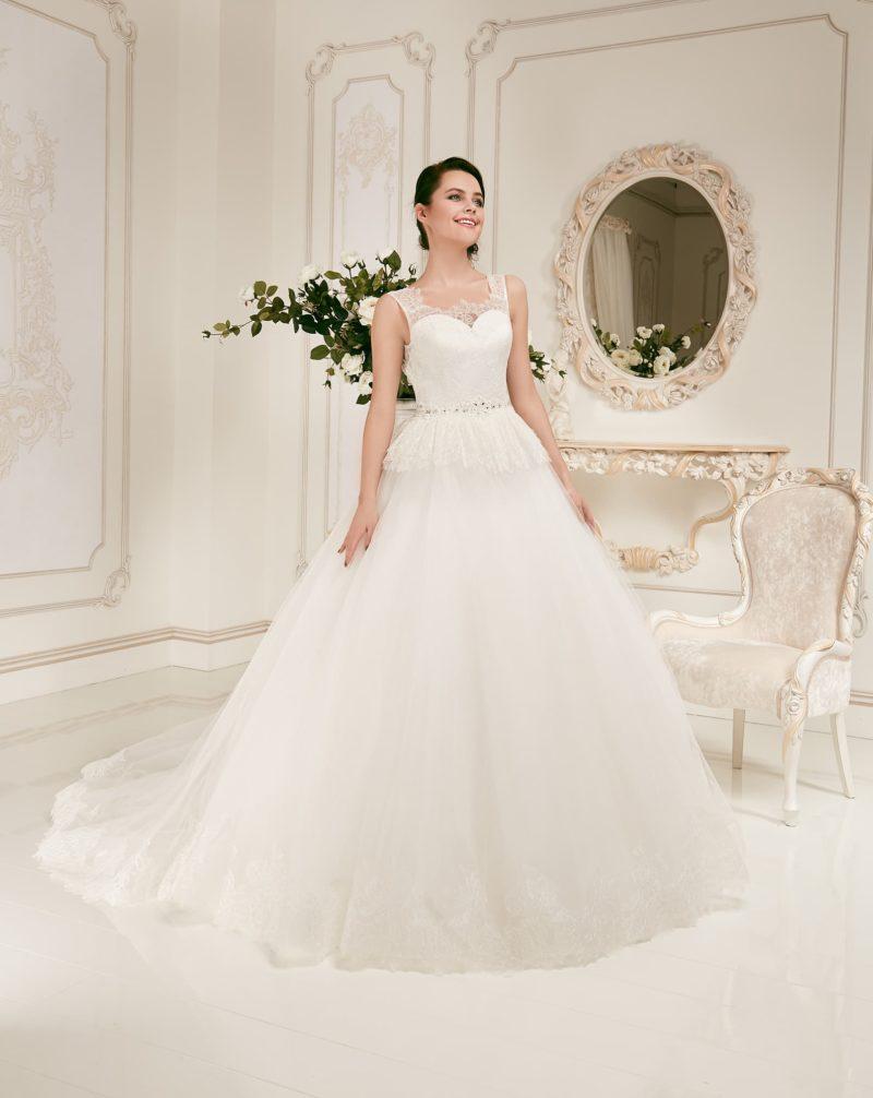 Свадебное платье «принцесса» с нежной кружевной баской и широкими полупрозрачными бретелями.