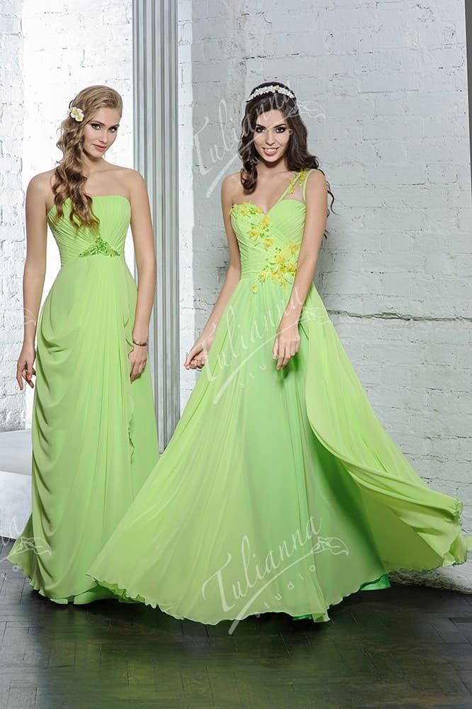 Светло-зеленое вечернее платье из шифона с легкими драпировками.