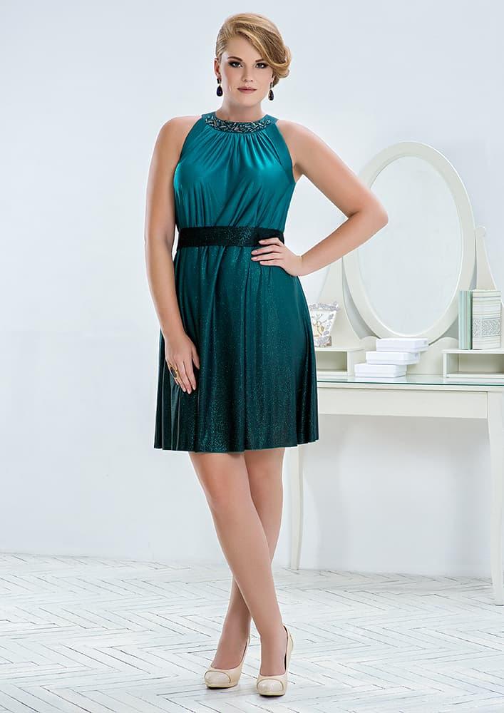 Закрытое вечернее платье из плотной ткани с деликатным блеском.