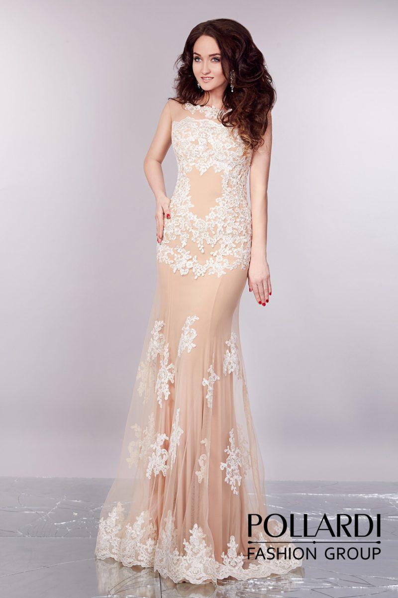 Нежное вечернее платье прямого кроя с бежевой подкладкой и декором из белого кружева.