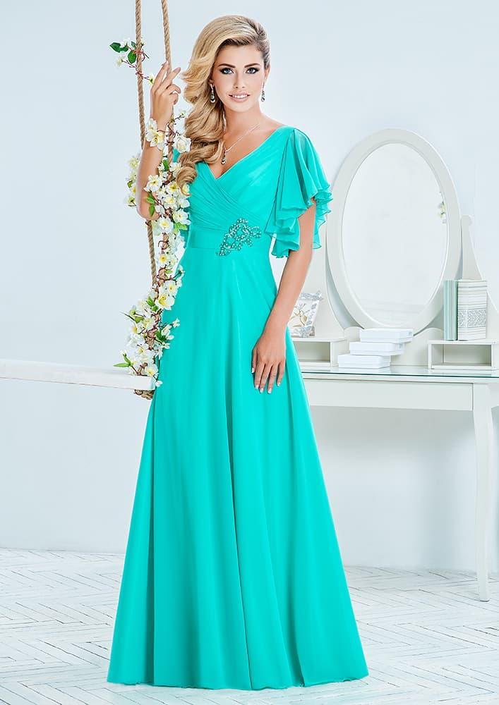 Голубое вечернее платье с V-образным вырезом декольте и вышивкой.