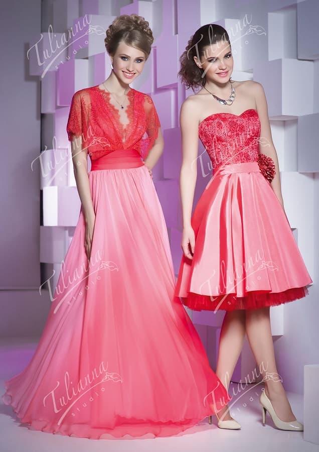 Коралловое вечернее платье с верхом, оформленным кружевом.