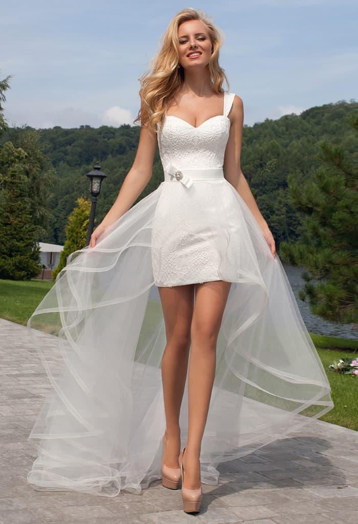 Короткое свадебное платье с открытым верхом и прозрачной верхней юбкой.
