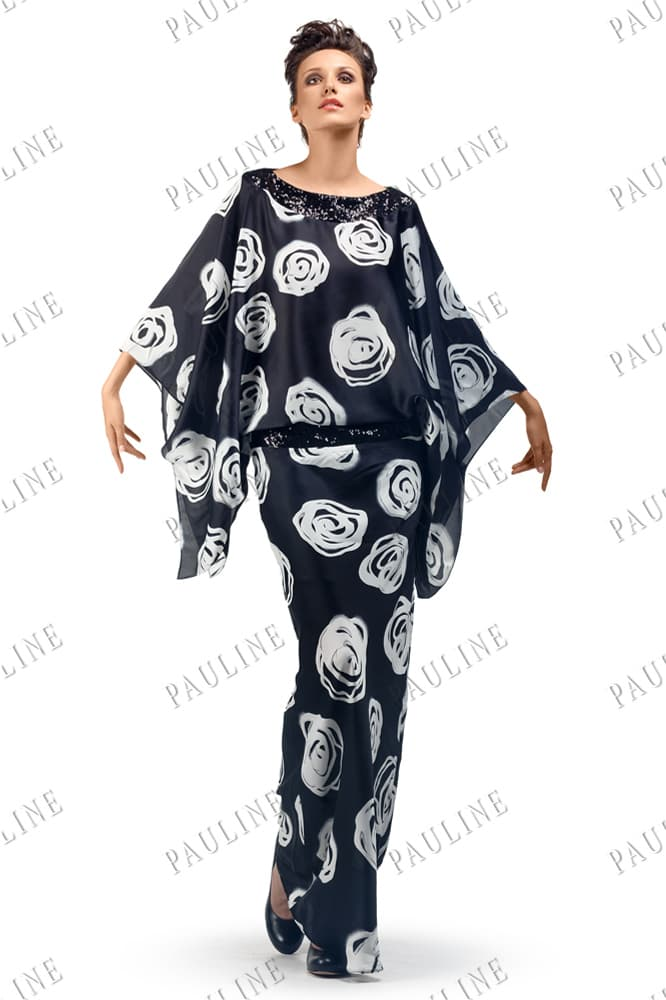 Черное вечернее платье с белым принтом и стильным широким рукавом.