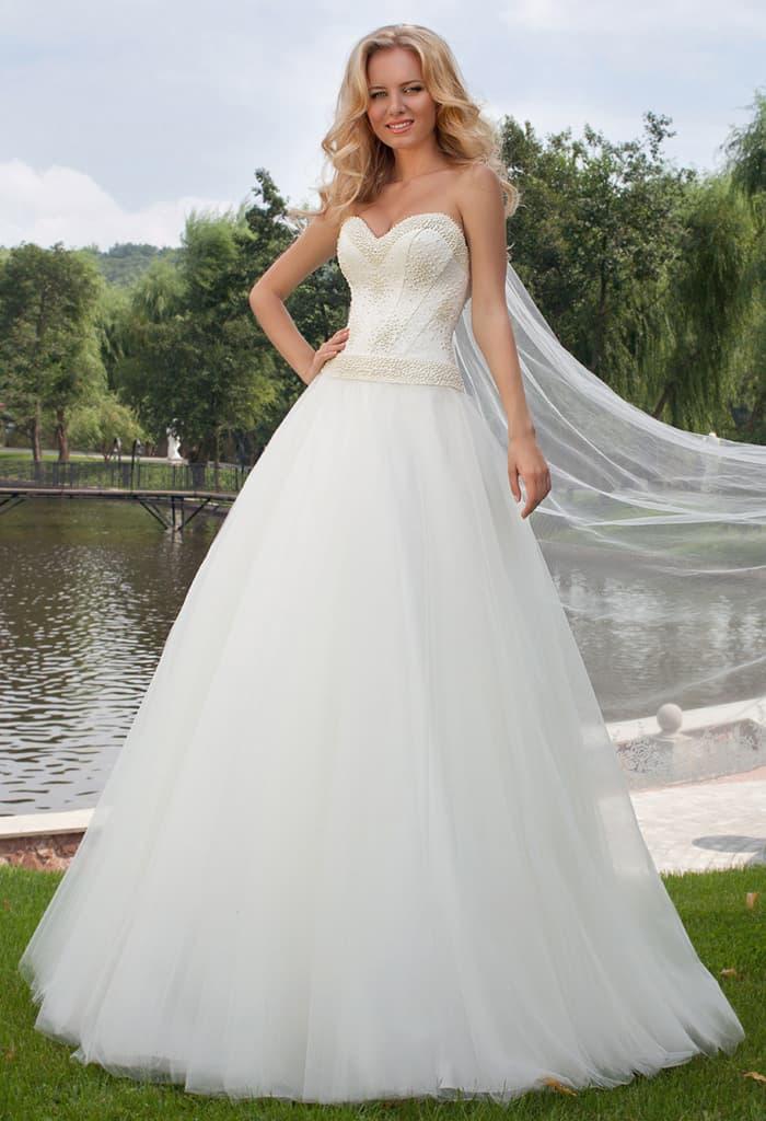Стильное свадебное платье с открытым корсетом, покрытым фактурной бисерной вышивкой.