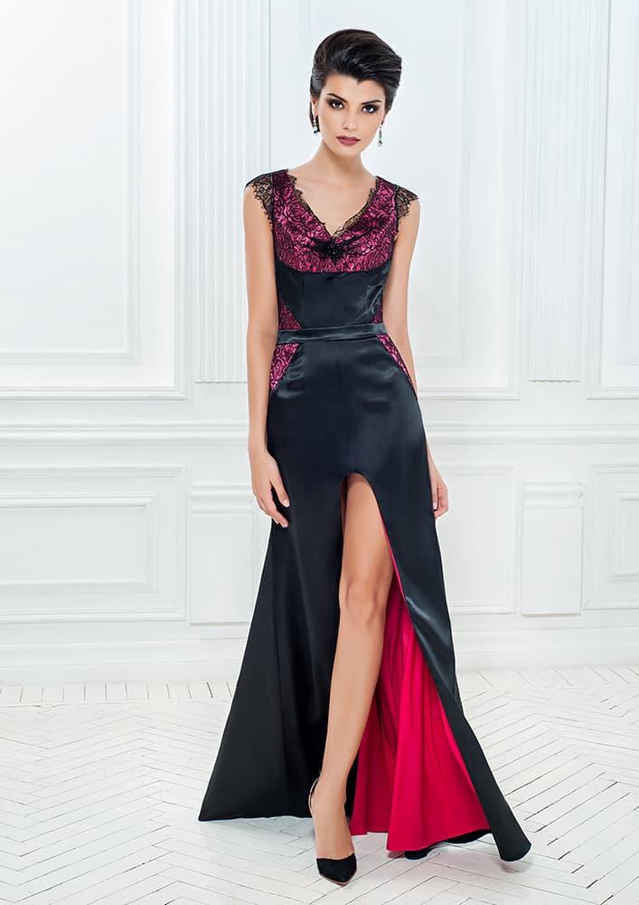 Черное вечернее платье с V-образным вырезом и разрезом на юбке.