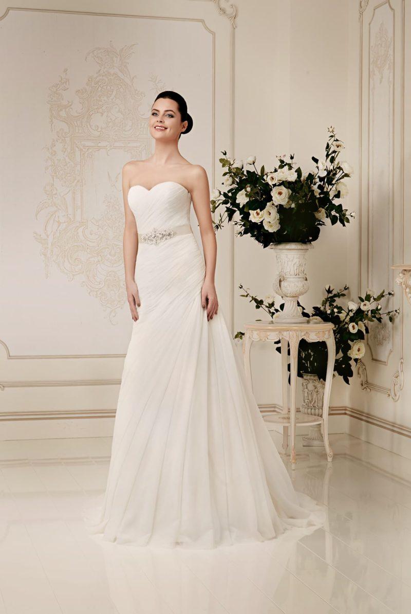 Открытое свадебное платье с лифом в форме сердца и изящными драпировками по всей длине.