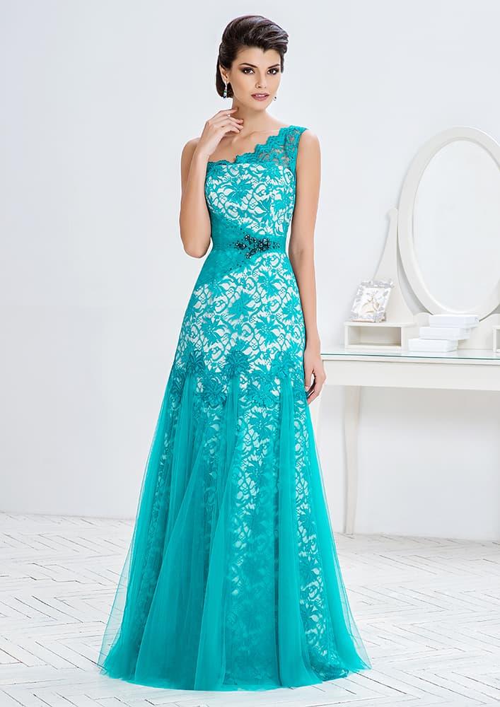 Белое вечернее платье с отделкой плотным голубым кружевом.