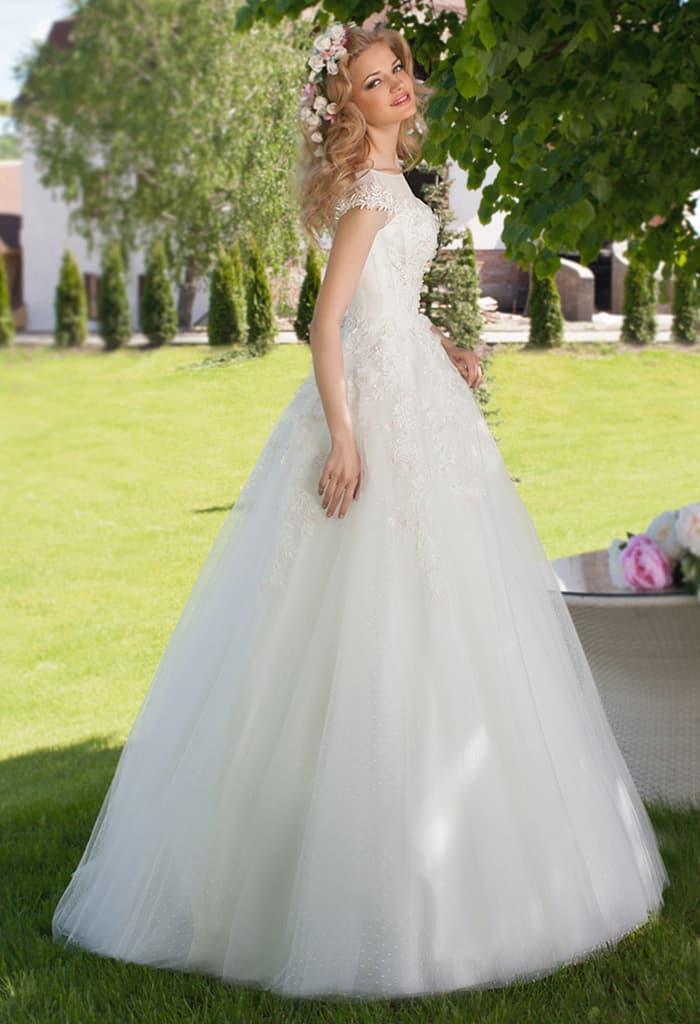 Классическое свадебное платье пышного кроя с широкими бретелями и вырезом сзади.
