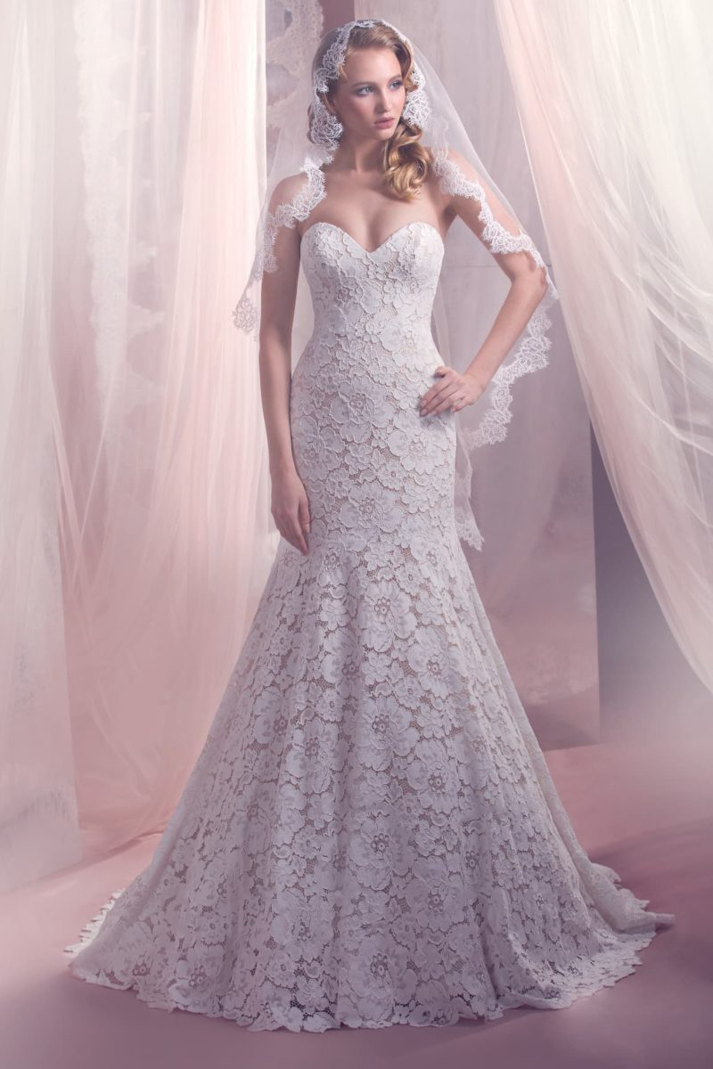 Кружевное свадебное платье силуэта «рыбка» с открытым лифом в форме сердечка.