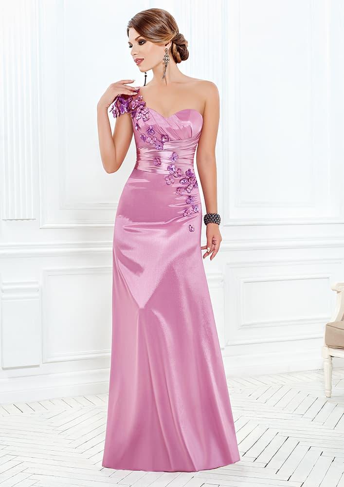 Глянцевое вечернее платье с эффектными драпировками на корсете.