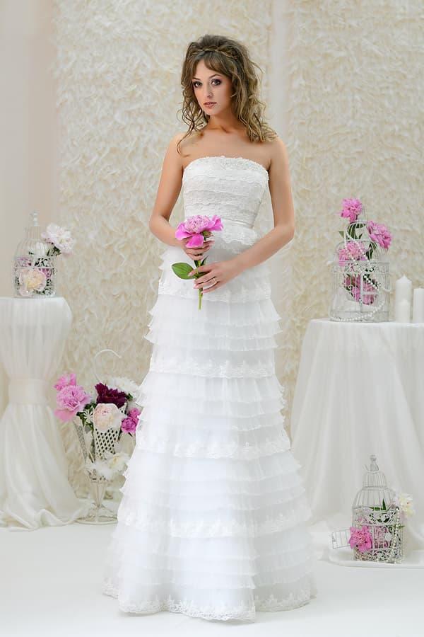 Уникальное свадебное платье с открытым лифом, покрытое кружевными оборками.