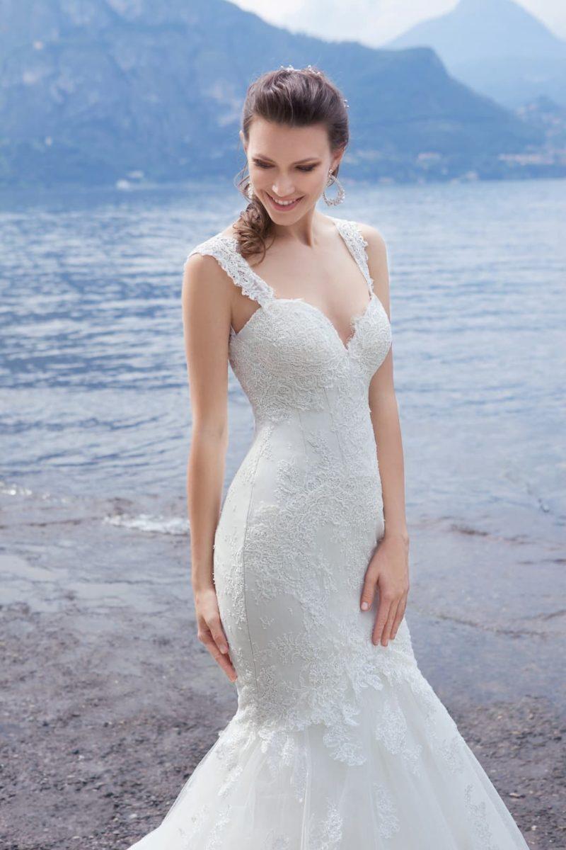 Открытое свадебное платье силуэта «рыбка» с широкими бретелями и кружевной отделкой.