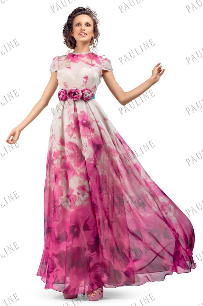 Закрытое вечернее платье с розовым принтом и длинной многослойной юбкой.
