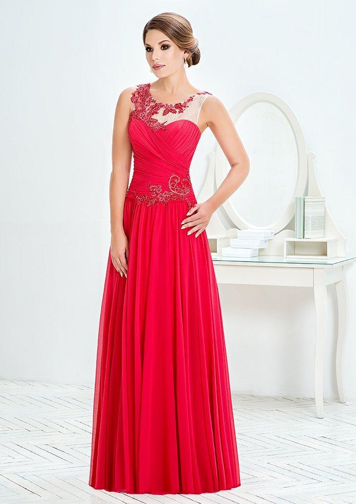 Прямое вечернее платье насыщенного цвета со сверкающей отделкой.
