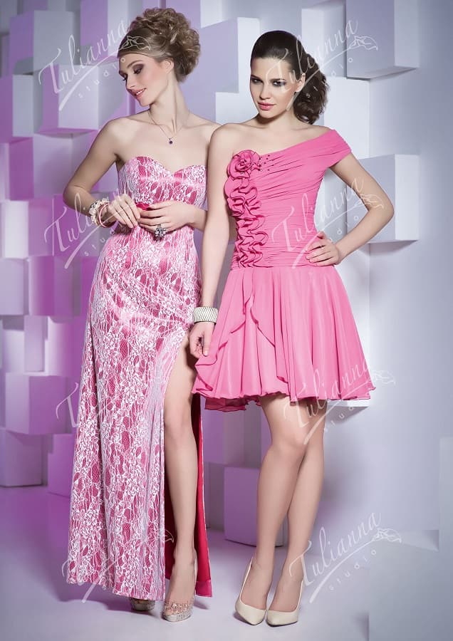 Розовое вечернее платье с открытым декольте и оригинальным декором.