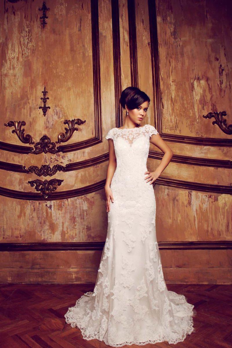 Свадебное платье с элегантной юбкой, дополненной роскошным кружевным шлейфом.