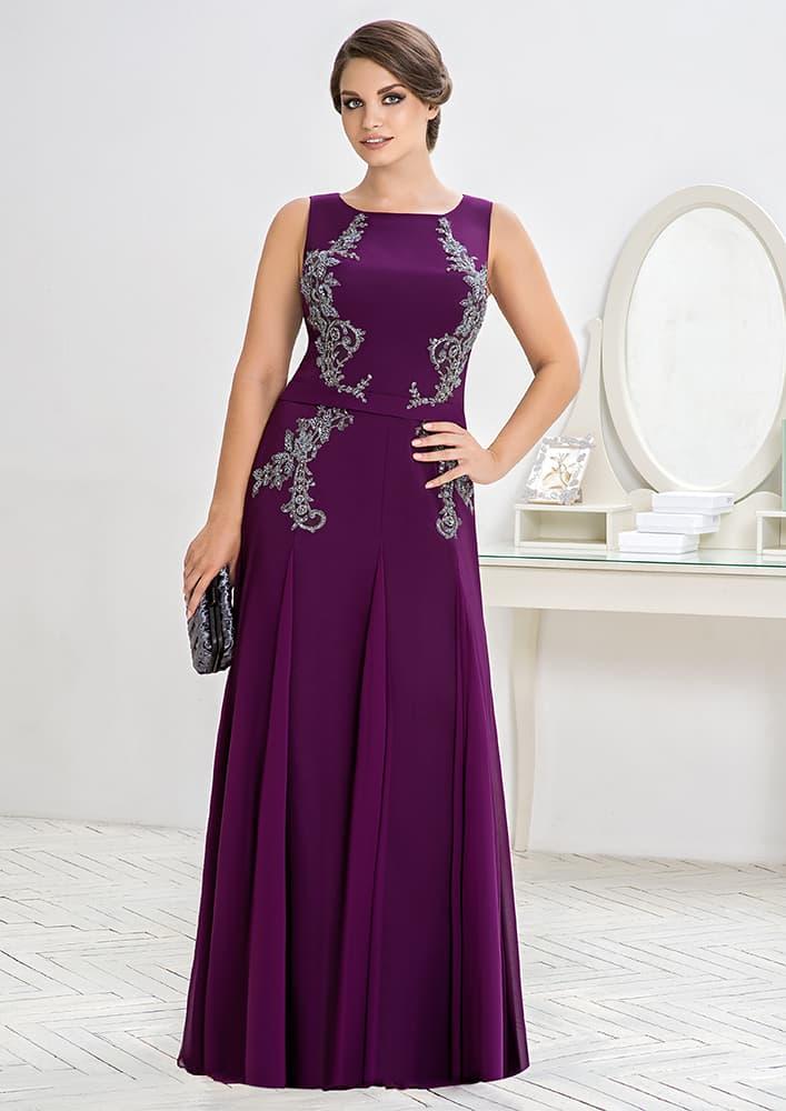 Закрытое вечернее платье фиолетового цвета с бисерной вышивкой.