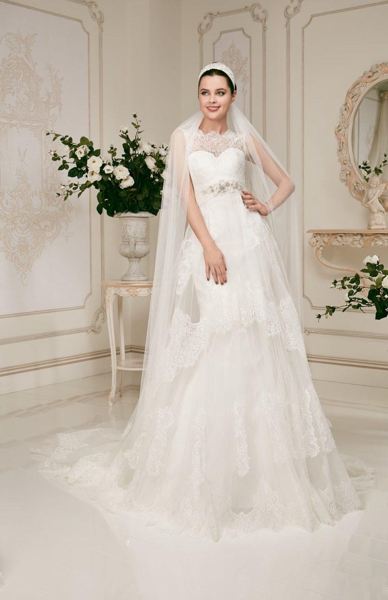 Свадебное платье «рыбка» с кружевной отделкой по всей длине  и сияющей отделкой пояса.