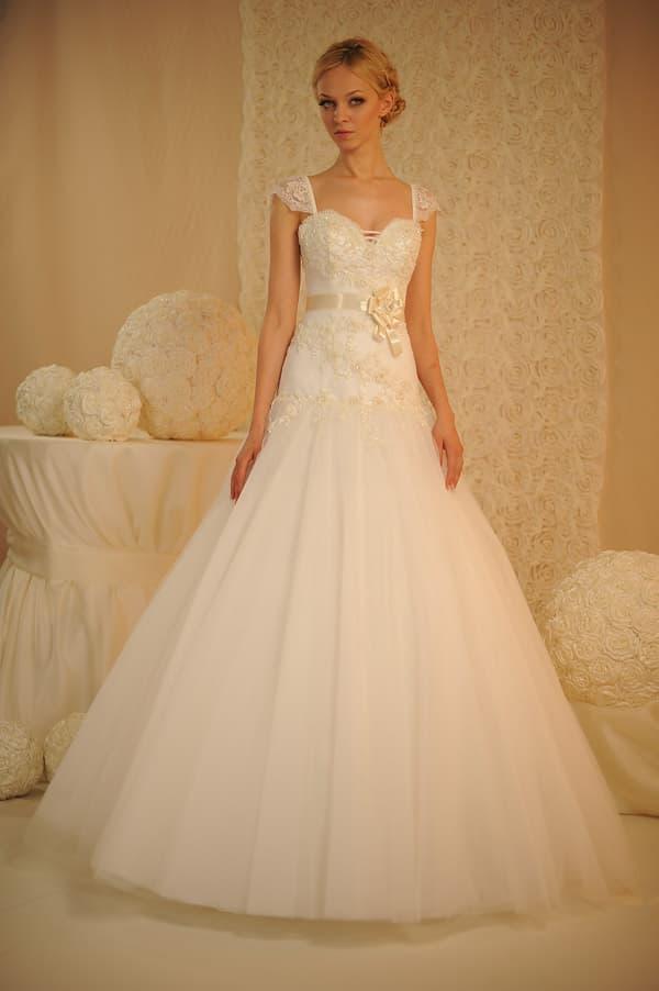 Свадебное платье с кружевным верхом и узким поясом из кремового атласа с бутоном сбоку.
