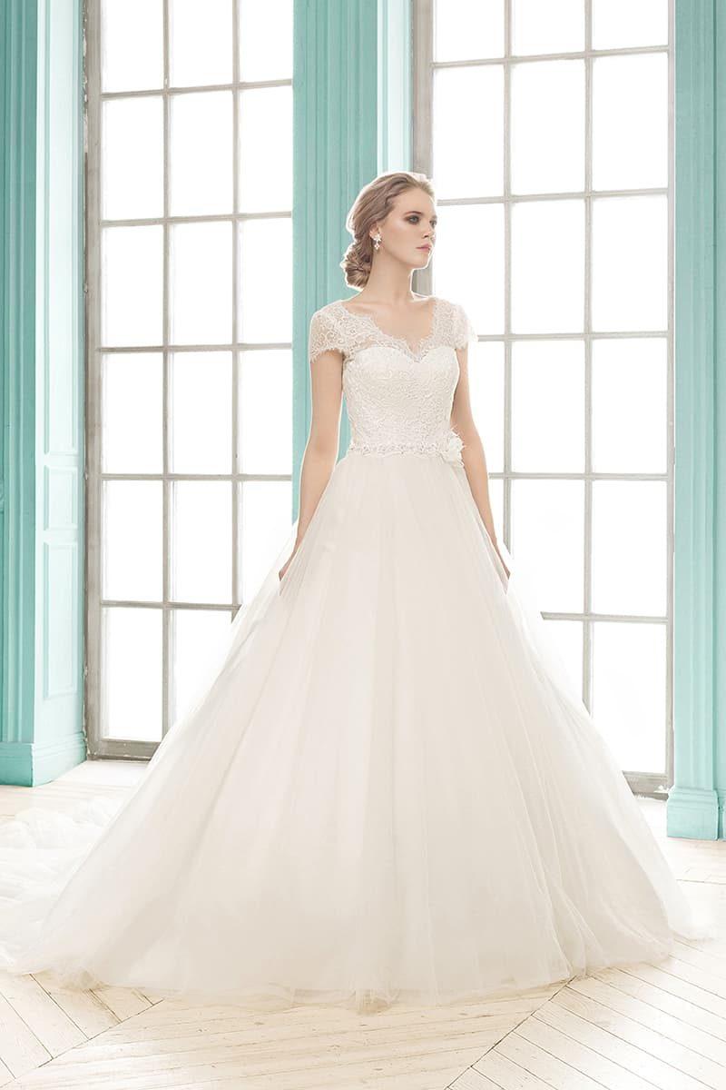 Элегантное свадебное платье «принцесса» с короткими кружевными рукавами и изящным вырезом.