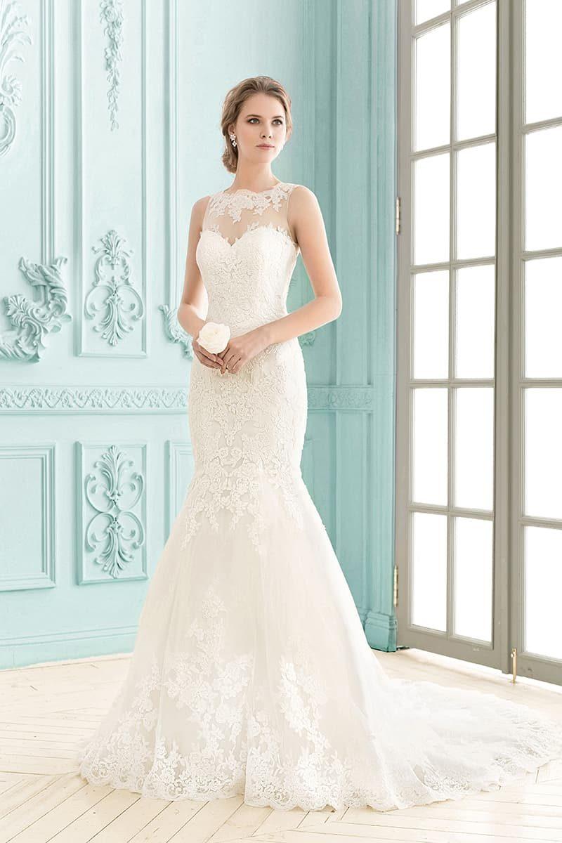 Свадебное платье «рыбка» с закрытым лифом и полупрозрачной вставкой сзади.