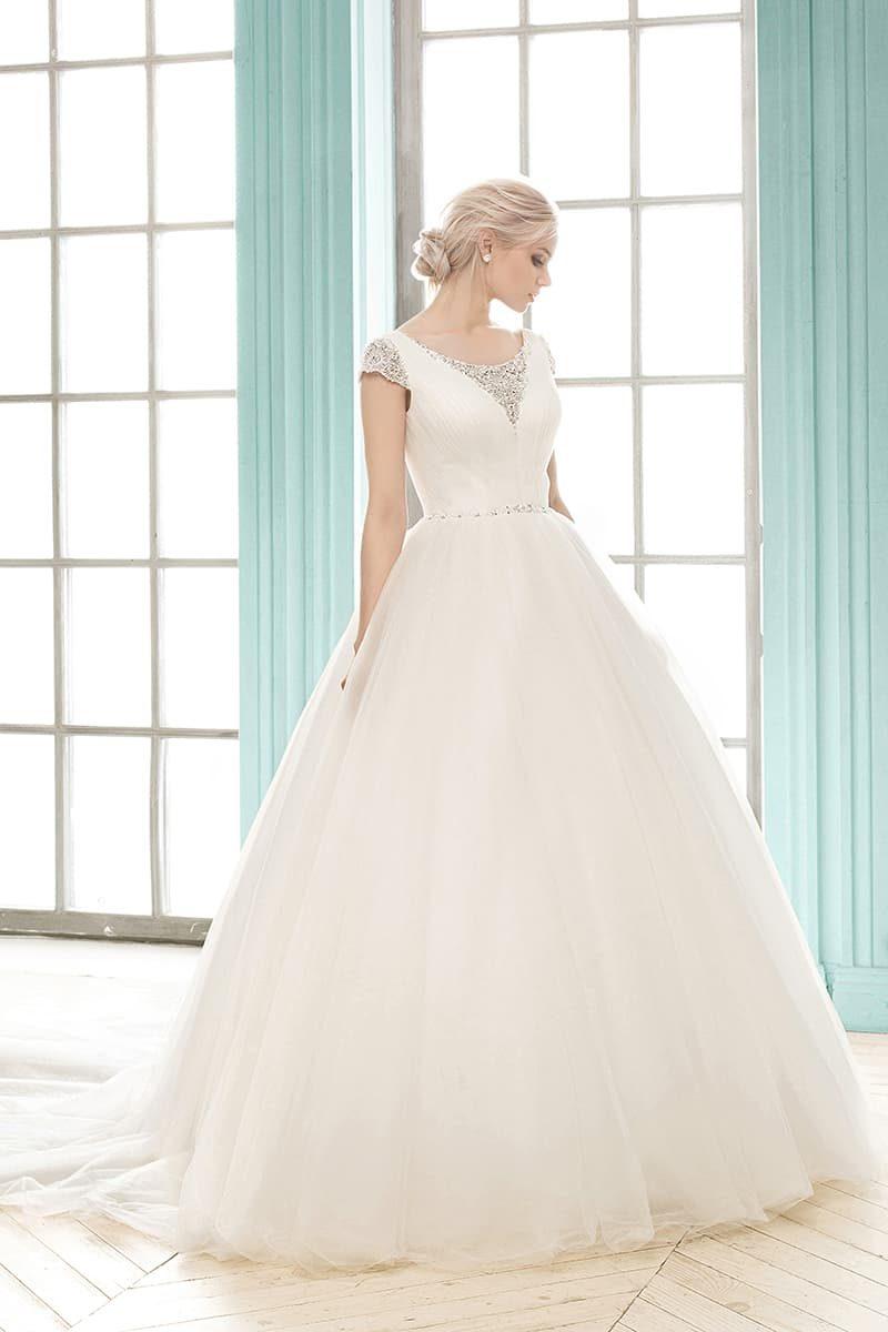 Роскошное свадебное платье с пышной юбкой и V-образным вырезом, покрытым бисером.