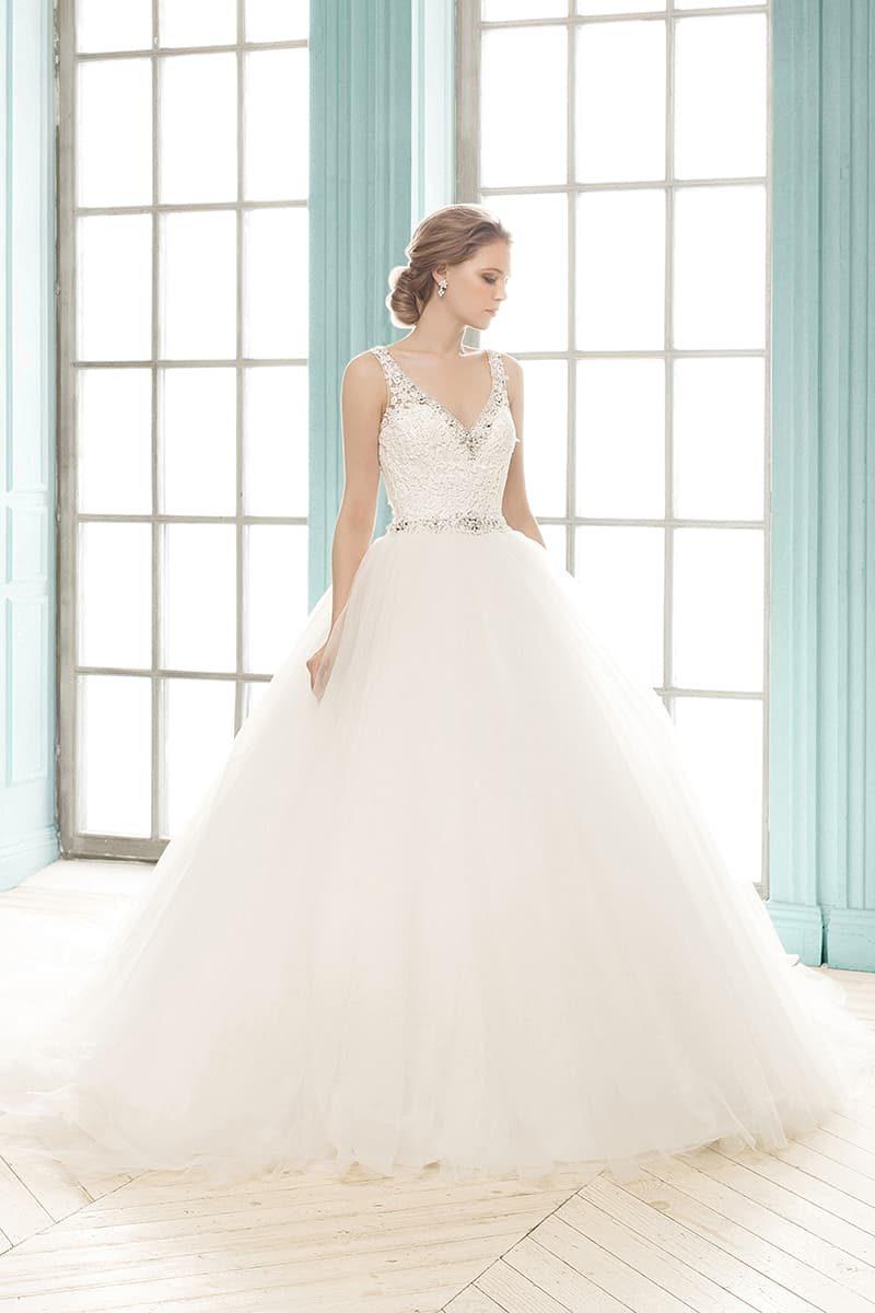 Пышное свадебное платье с V-образным декольте, украшенным по краю бисером.