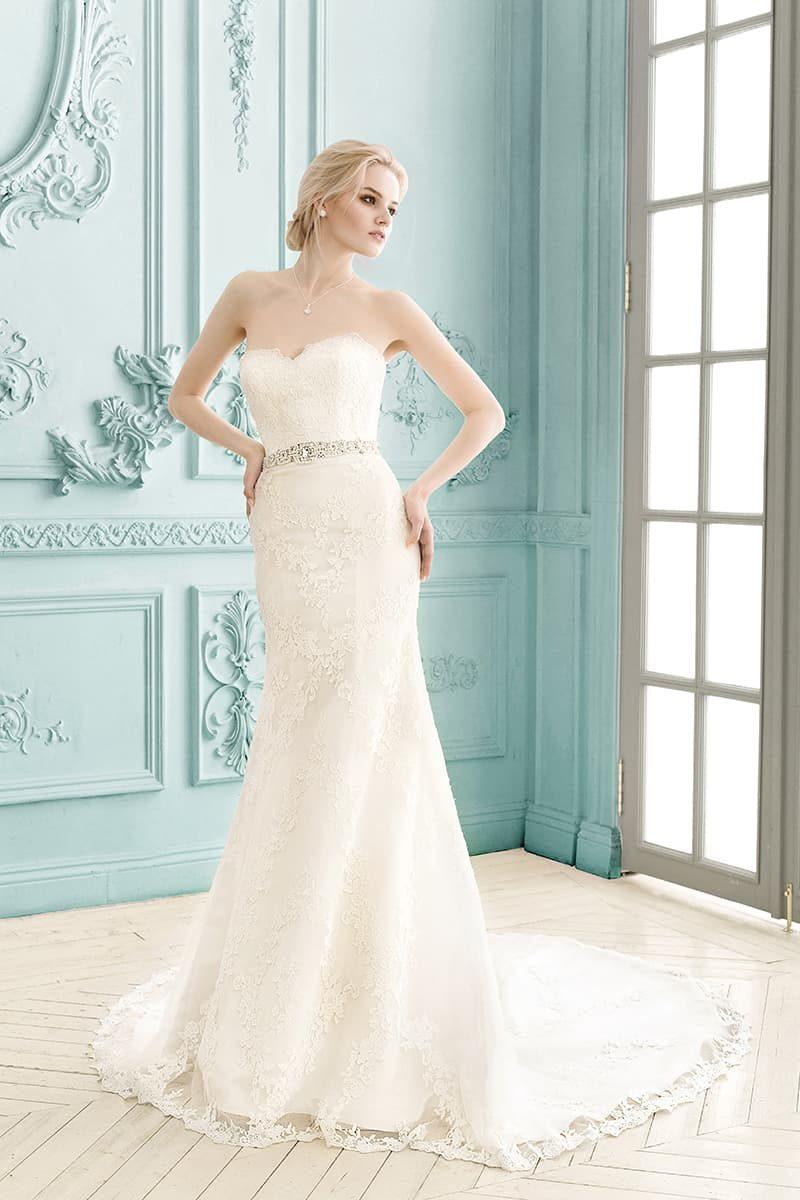 Прямое свадебное платье с романтичным лифом в форме сердца и элегантным поясом.