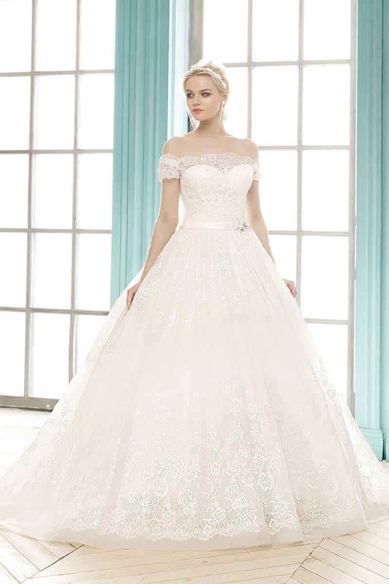 Пышное свадебное платье с фигурным портретным декольте и кружевной вставкой на спине.