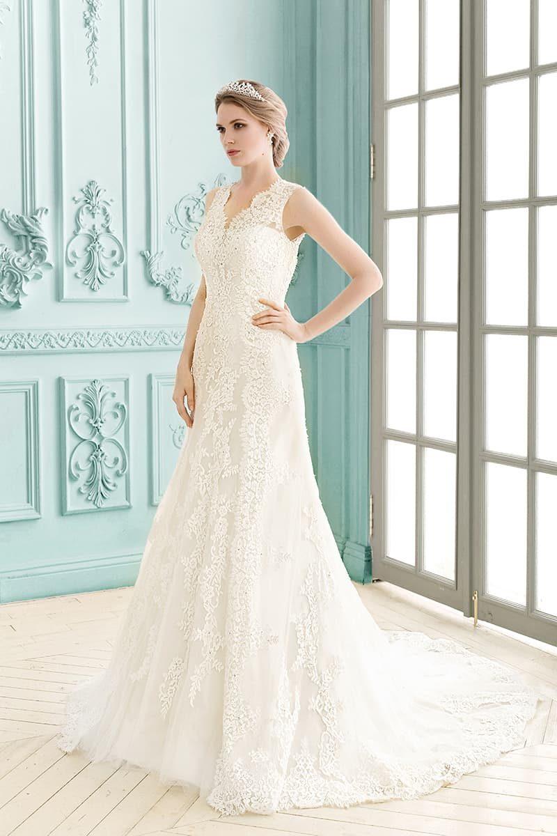 Сдержанное свадебное платье с изящным декольте и открытой спинкой с кружевной отделкой.