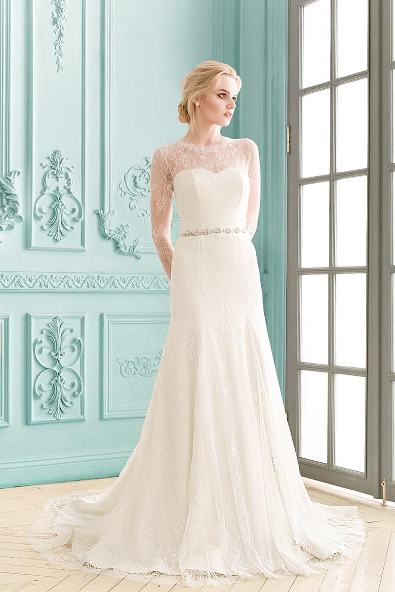 Прямое свадебное платье с узким сияющим поясом и длинными кружевными рукавами.
