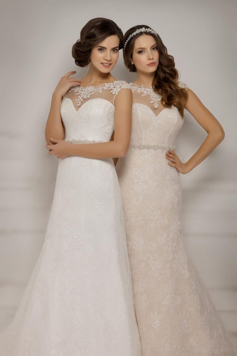 Свадебное платье «рыбка» с прозрачной вставкой над лифом и кружевным декором по вырезу.