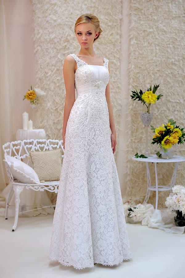 Кружевное свадебное платье прямого кроя с высокой талией и фигурными бретелями.